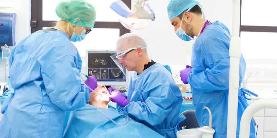 хирургическая операция по удалению кисты зуба под коронкой