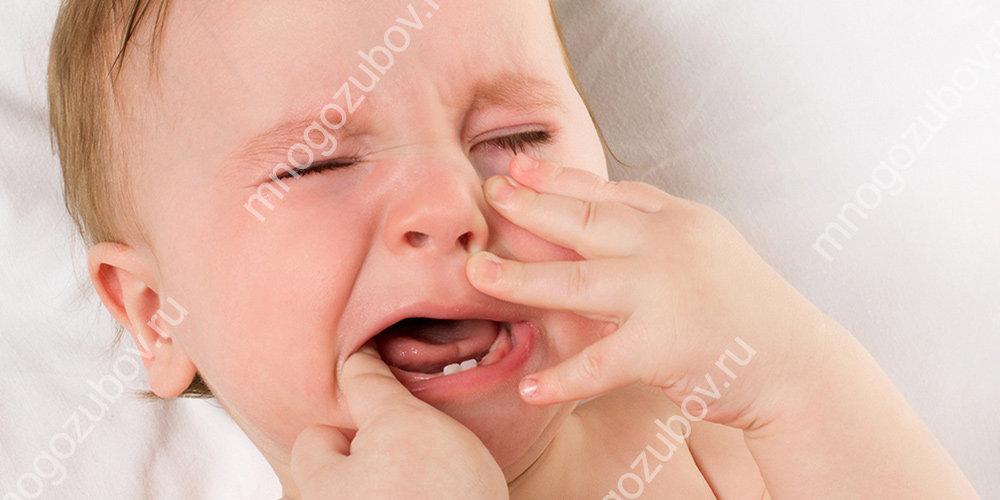 у ребенка режется первый зуб
