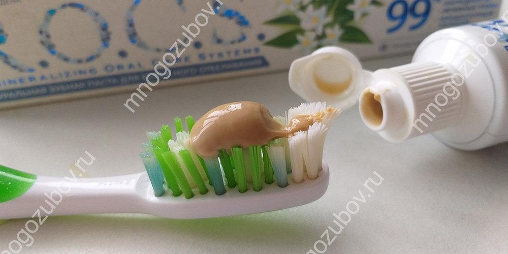 Чистка зубов пастой ROCS